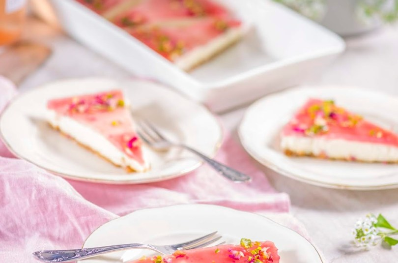 Mandlipõhjal rabarberi-rosé kattega kreemjuustu-valge šokolaadi kook