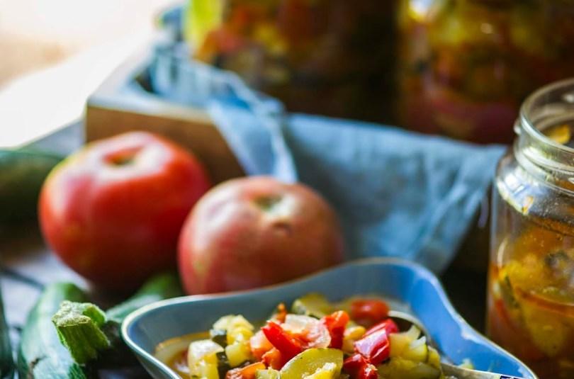 Purkitehtud suvikõrvitsasalat paprika ja tomatiga