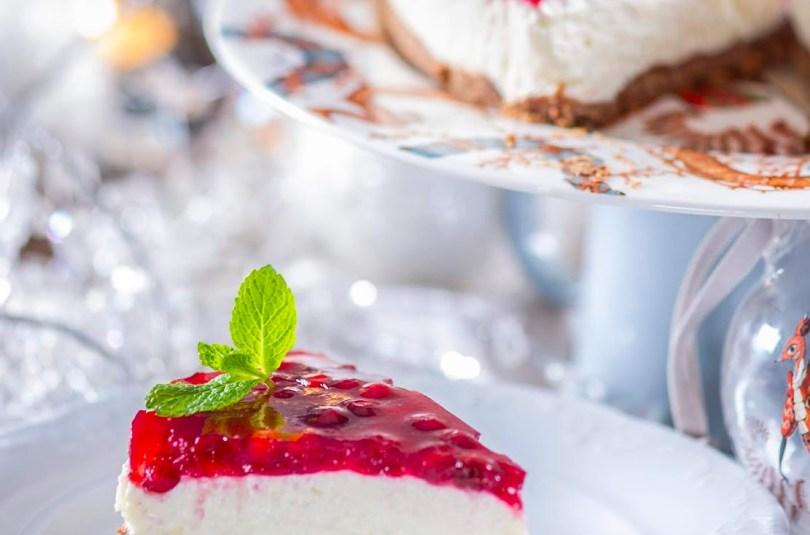 Küpsetamata jõulumaitseline kodujuustu ja valge šokolaadi kook pohlakattega