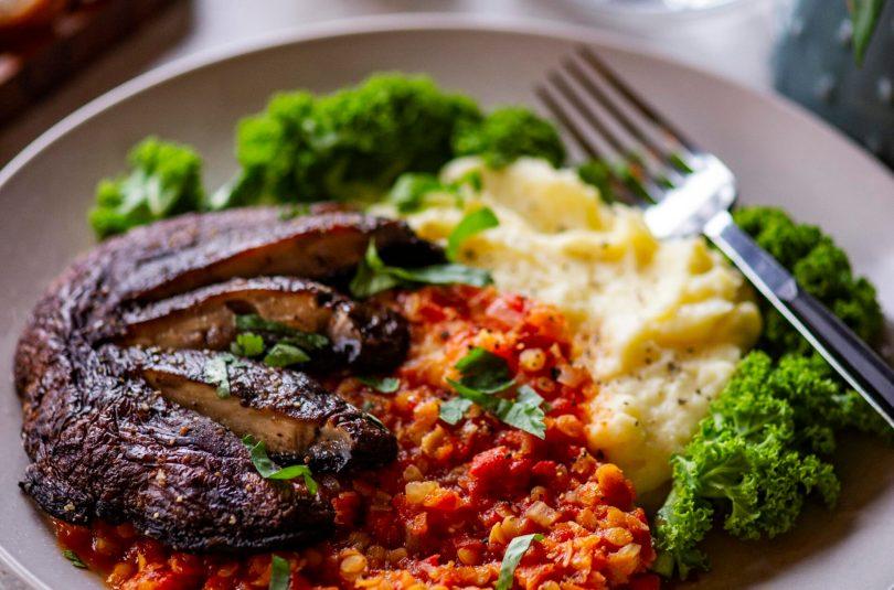 Täistaimne taldrikutäis portobellosteigi, läätsehautise ja lillkapsa-kartulitambiga