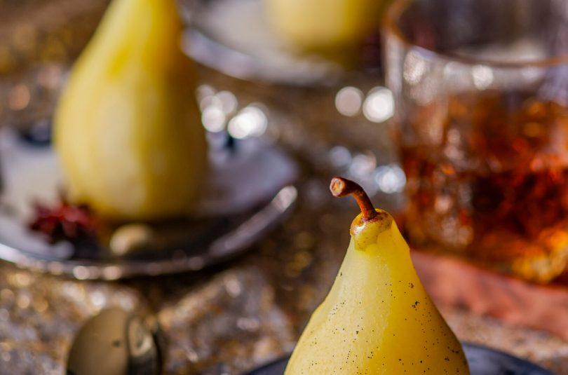 Vanillitäpiline ja valges veinis hautatud pirn