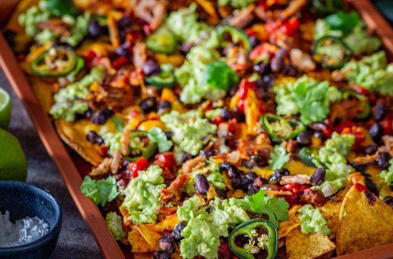 Nachod rebitud liha, tomatisalsa, ubade ja avokaadoga
