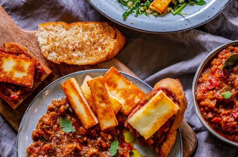 Praetud juust kahel moel. baklažaani-tomatihautisega ja kinoa-päikesekuivatatud tomatiga salatis