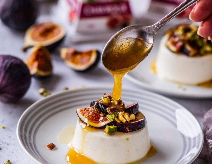 Kitsejuustu-viigimarja panna cotta mee ja pistaatsiapähklitega
