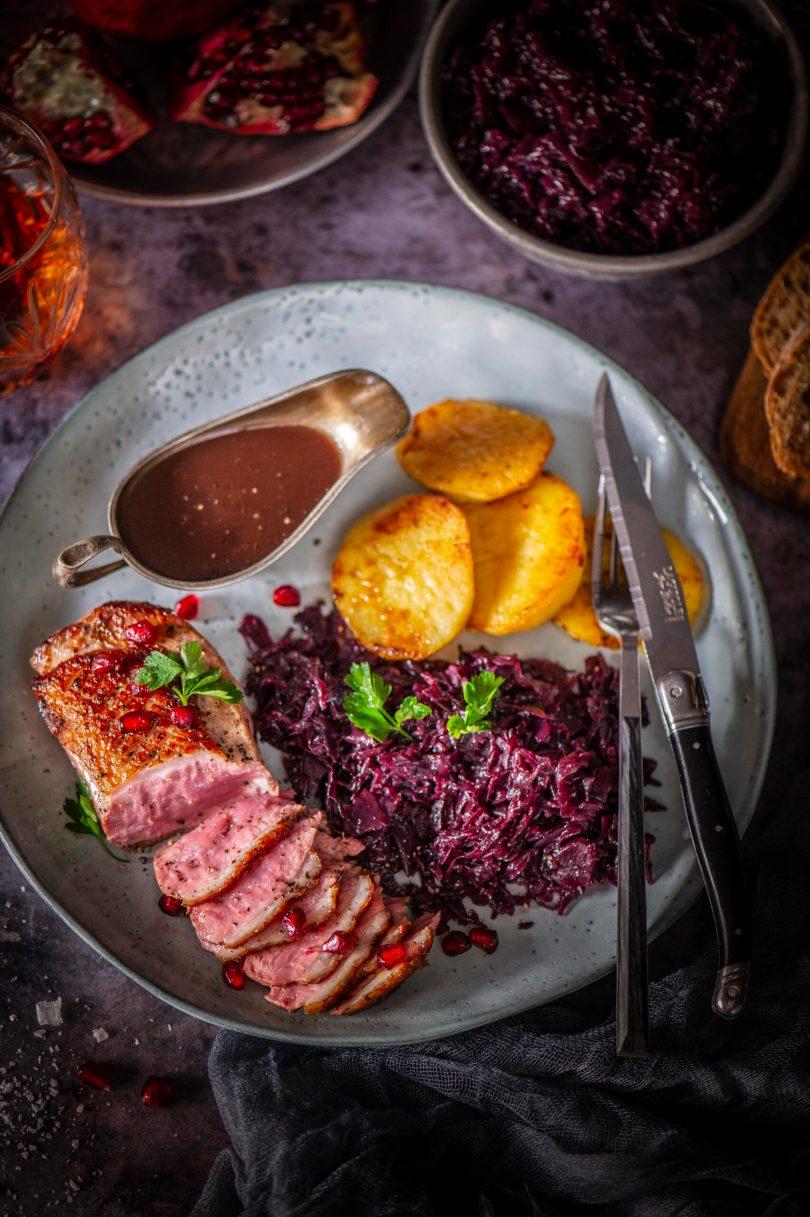 Pardifilee punase hapukapsa, punase veini-granaatõuna kastme ja krõbedate kartulitega