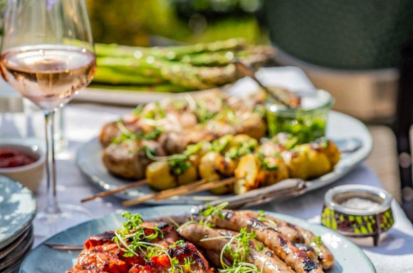 Lihtsad lisandid grillitud liha juurde – kartuli grillvardad ja täidetud seened