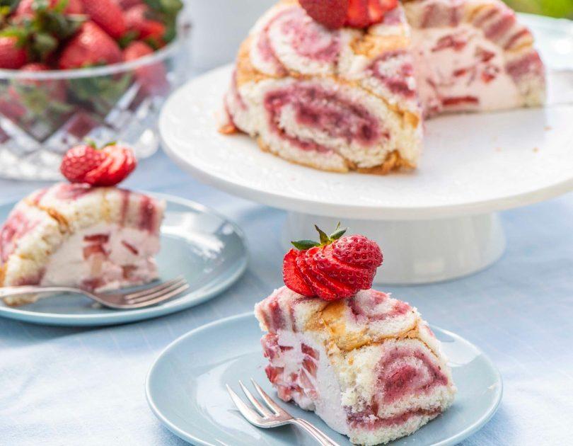 Maasikašarlott emadepäevaks suhkrust ja jahust ja maasikavahust