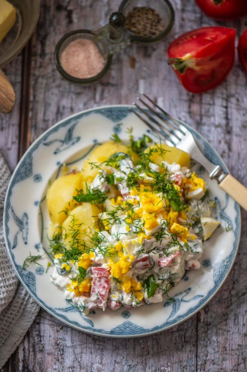 Külm kodujuustukaste muna, kurgi ja tomatiga