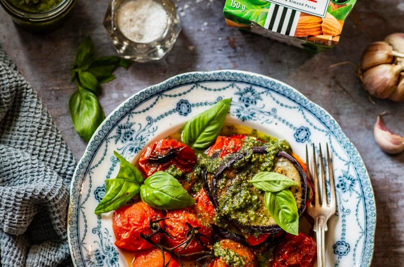 Röstitud paprika ja balkažaan ahjutomatite ja basiilikupestoga