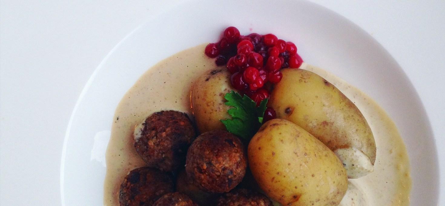 Vegetariska köttbullar med Karl-Johansvamp, kokt potatis, gräddsås och rårörda lingon