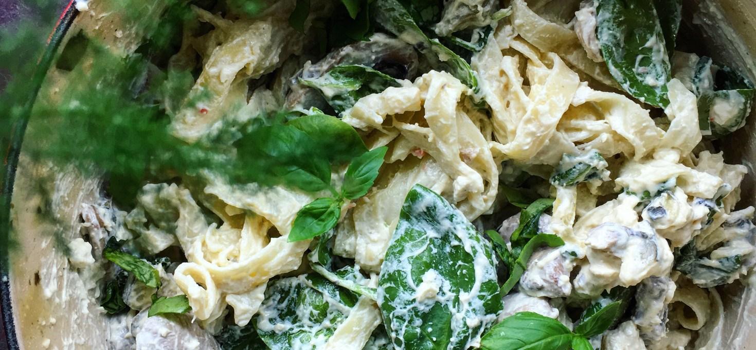 Tagliatelle i krämig fetaostsås med svamp, zucchini och bladspenat