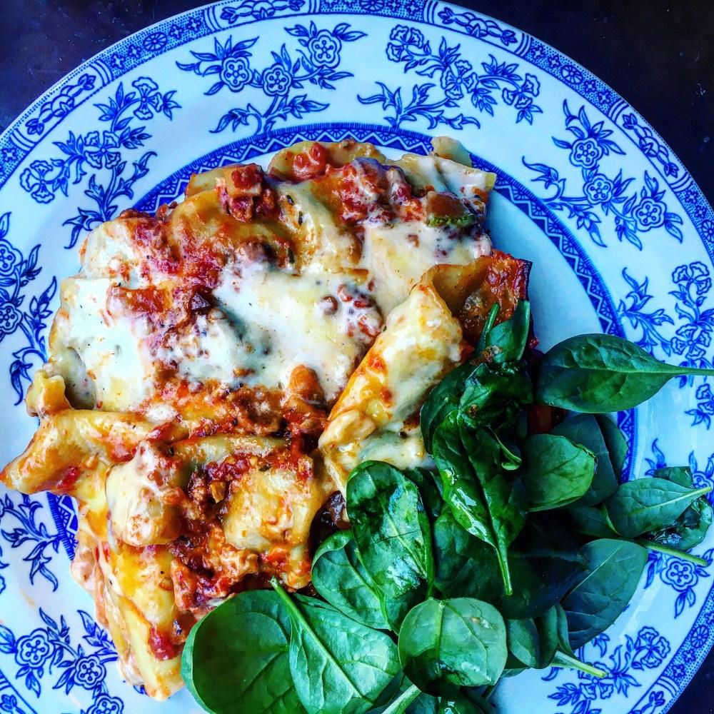 vegansk lasagne med vegansk köttfärssås, ostsås och bladspenat