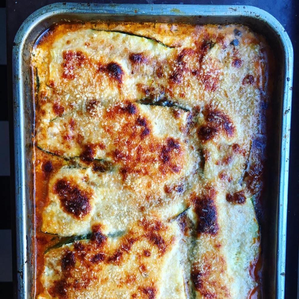 glutenfri zucchinilasagne med vegetarisk färssås och ostkräm med parmesan