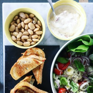 grekisk pastasallad med soltorkad tomatkräm, grillade mackor och vita bönor