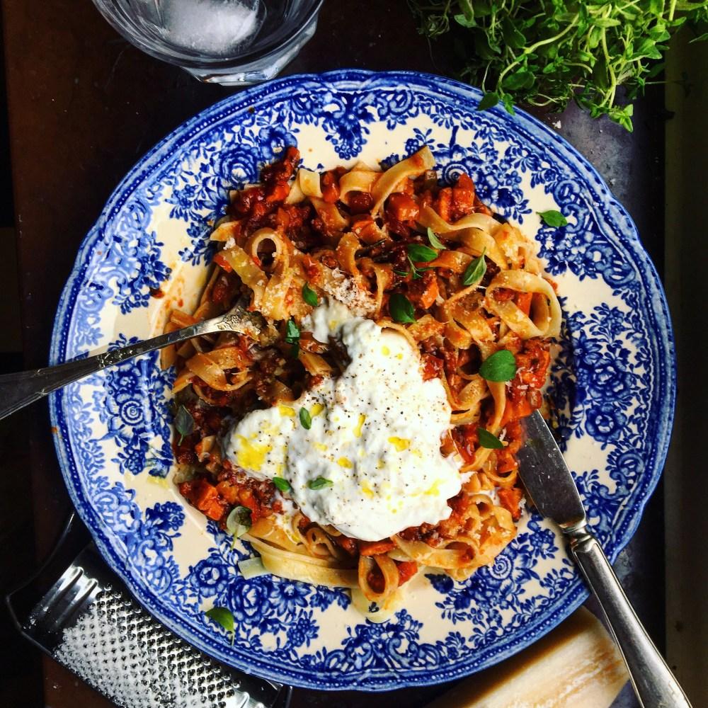 vegetarisk pasta bolognese med chorizo, soltorkad tomat och burrata