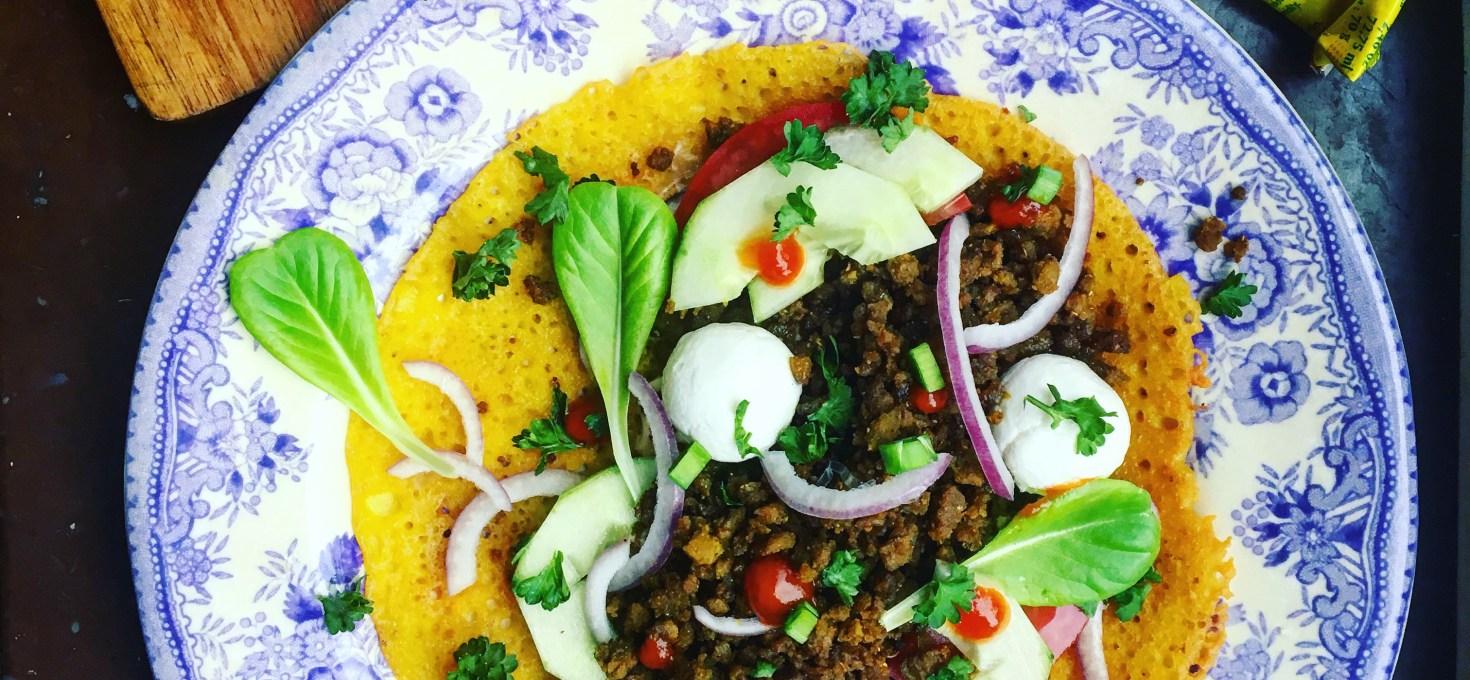 Glutenfria currypannkakor på kikärtsmjöl med garam masalafärs, harissa och yoghurtbollar
