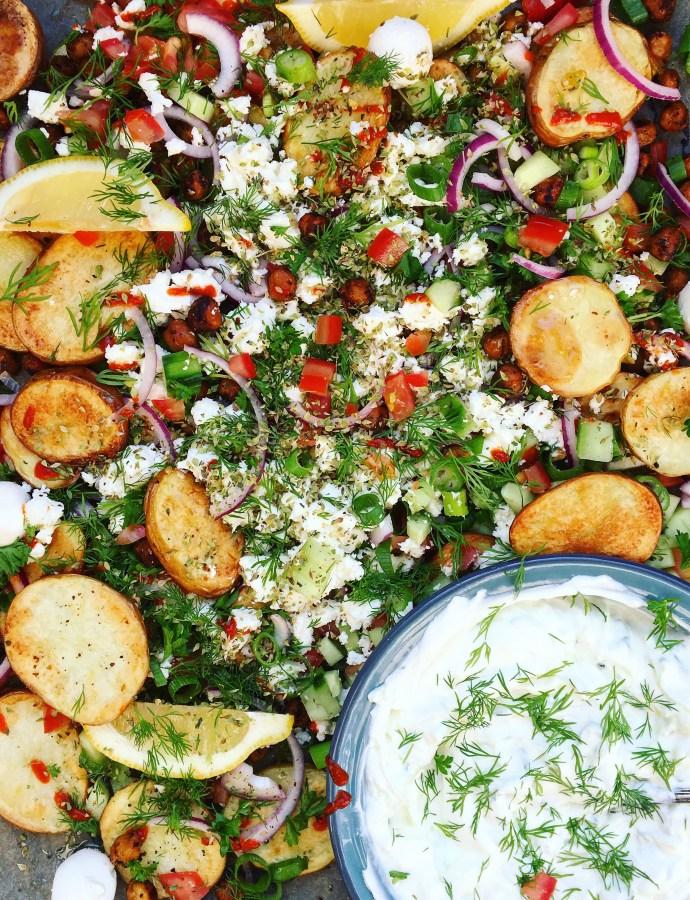 Greek Fries: Rostad potatis på plåt med kikärtor, smulad fetaost, krispigt grönt och dilltzatziki