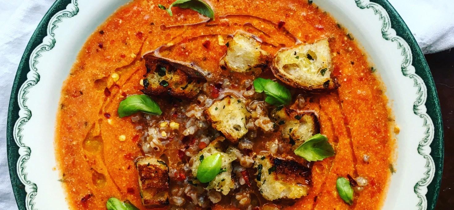 Min ständiga vardagsräddare: snabb vegansk tomatsoppa med matvete och örtkrutonger