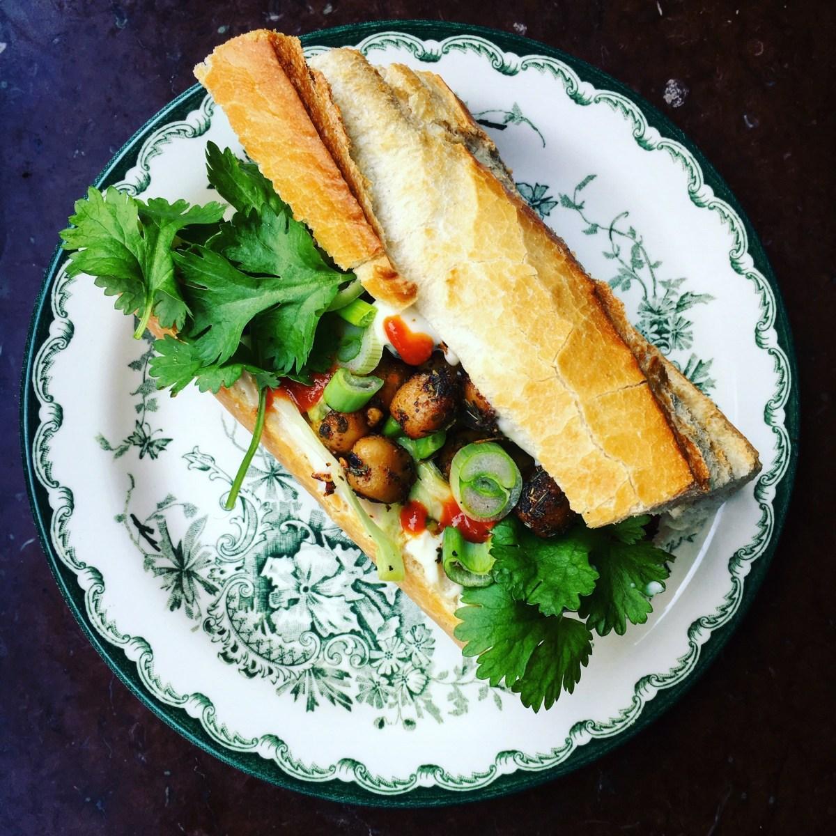 vegansk banh mi med kryddrostade kikärtor, majonnäs, snabb kålsallad på spetskål, koriander, salladslök och baguette