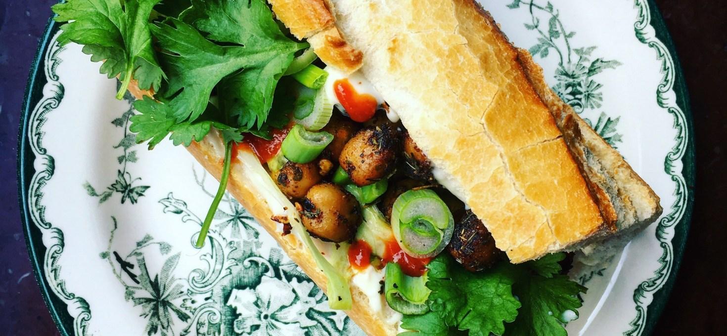 Banh mi med kryddrostade kikärtor, majonnäs och syrlig kålsallad