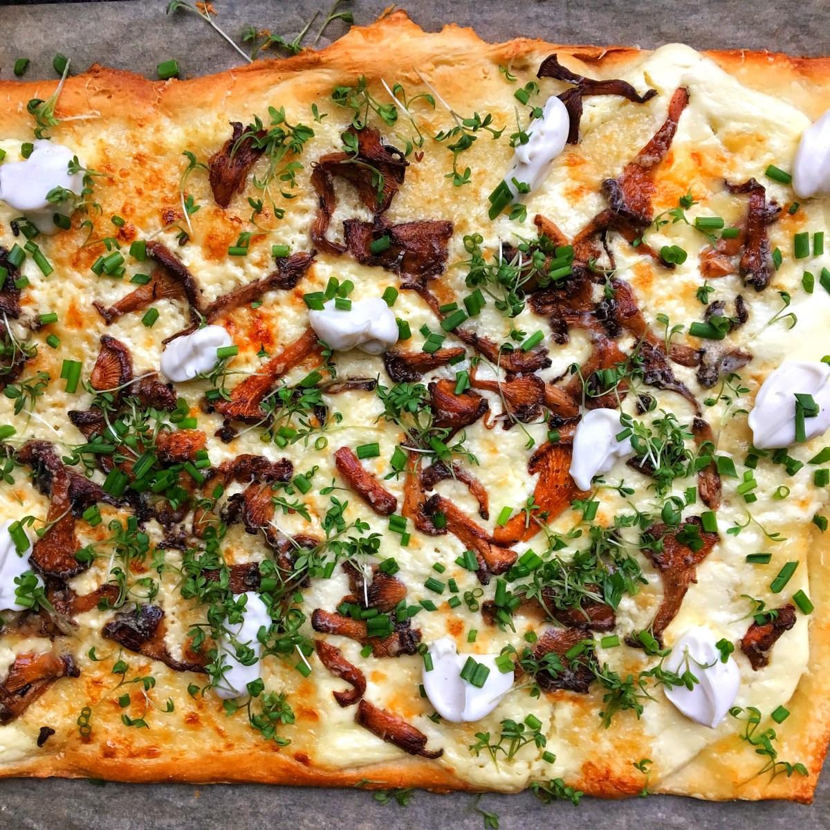 kantarellpizza med smörstekta kantareller, tryffelkräm, krasse, ruccola och gruyere