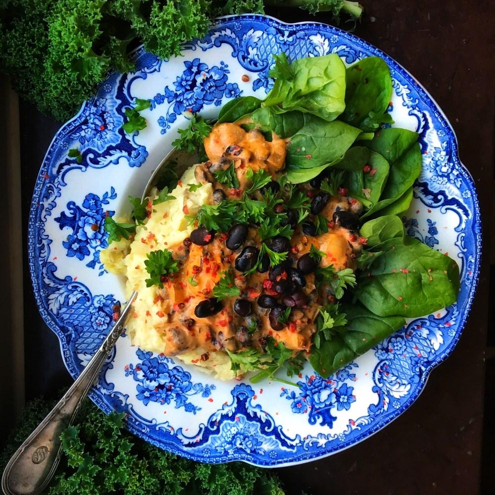 krämig svamppanna med svarta bönor och potatismos med brynt smör, bladspenat och persilja