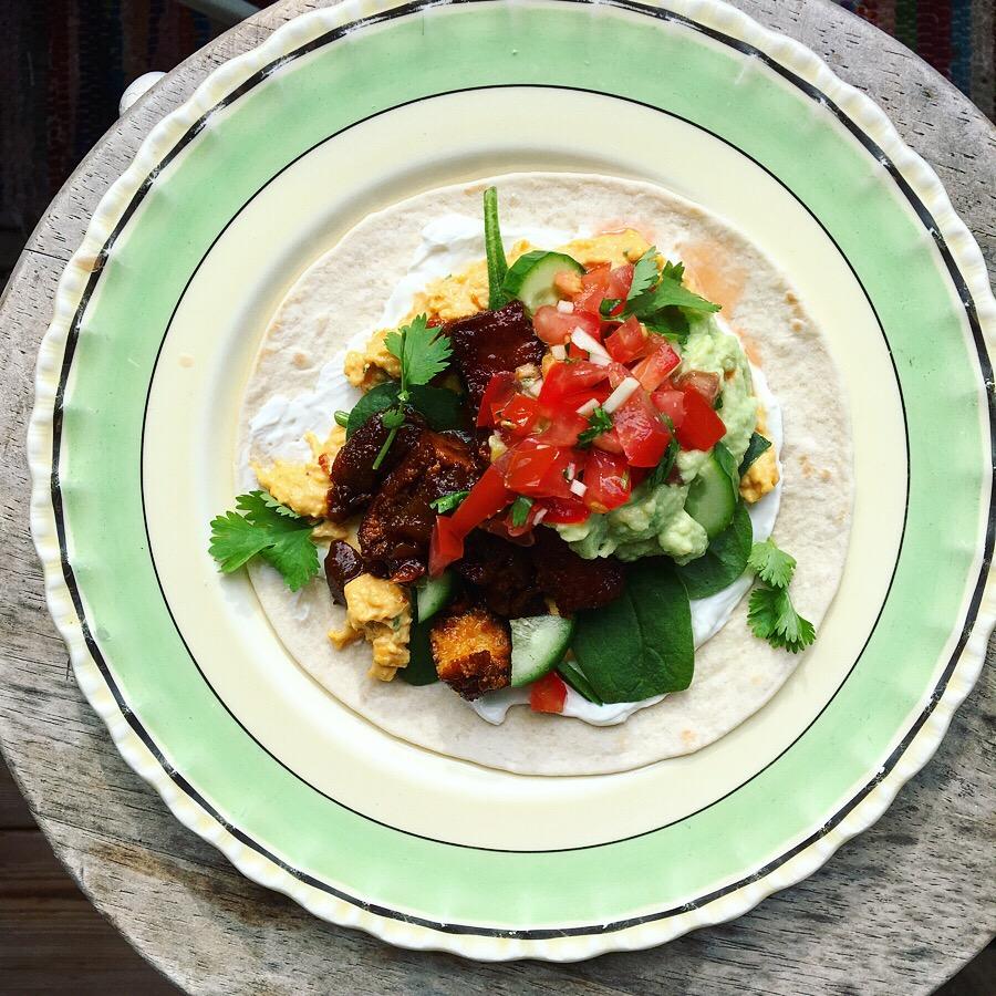 vegansk carnitas med pico de Gallo, guacamole och majsmajonnäs