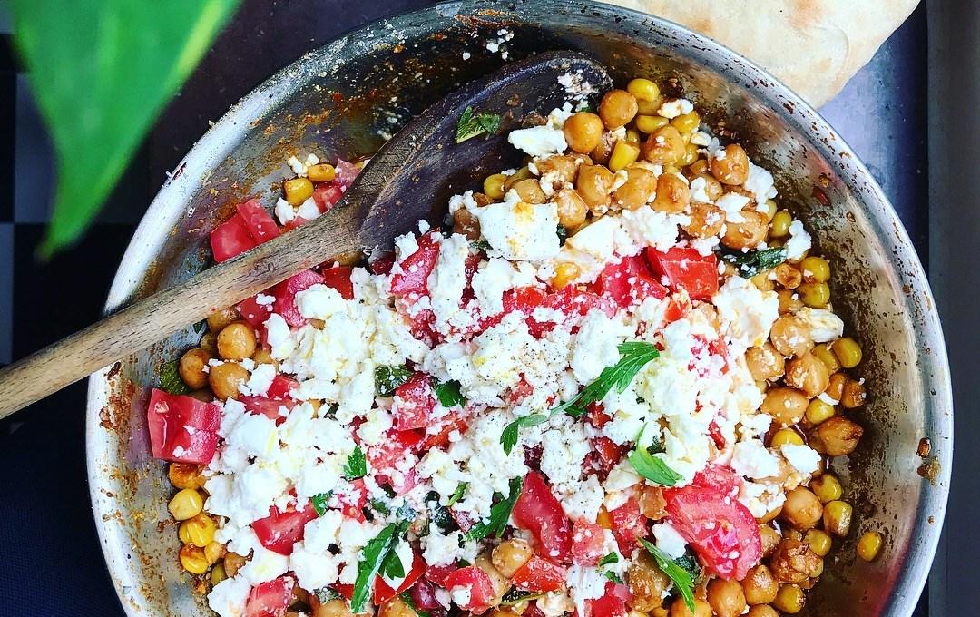 Rostad majsröra med kikärtor, fetaost, salvia och tomat