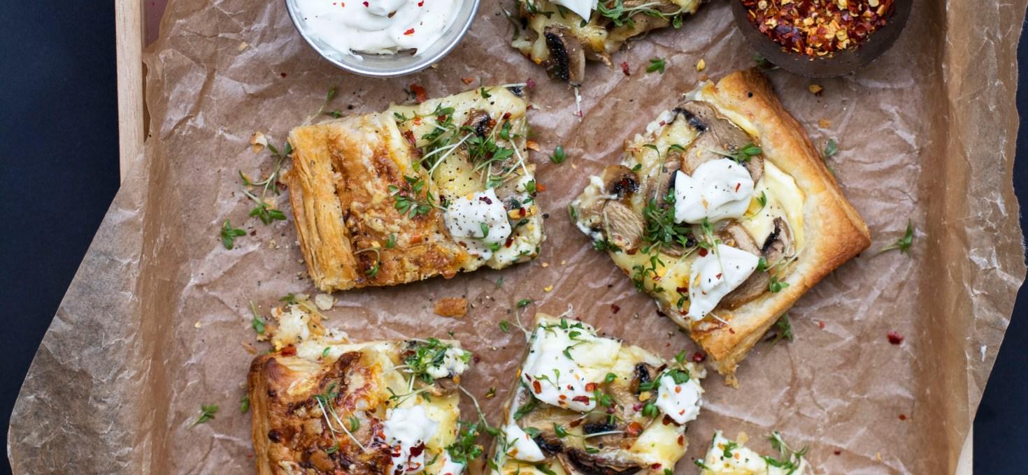 Smördegspizza med mascarpone, lagrad ost, svamp och tryffelkräm