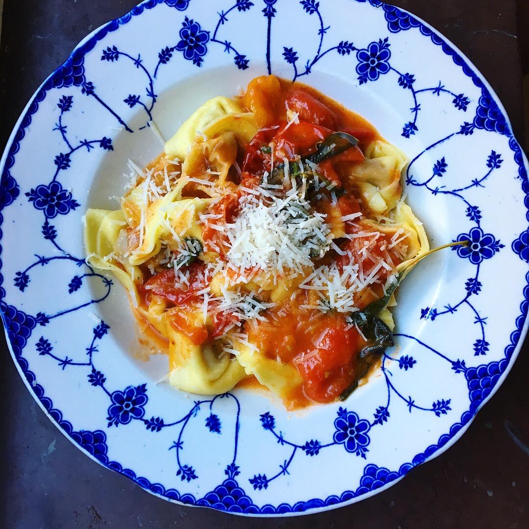 smörig tomatpasta med salvia, vitlök och sherryvinäger