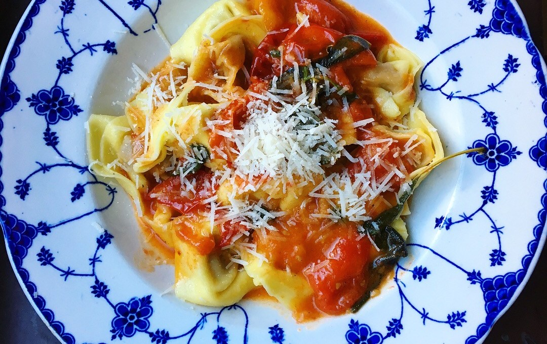 Smörig tomatpasta med salvia och vitlök