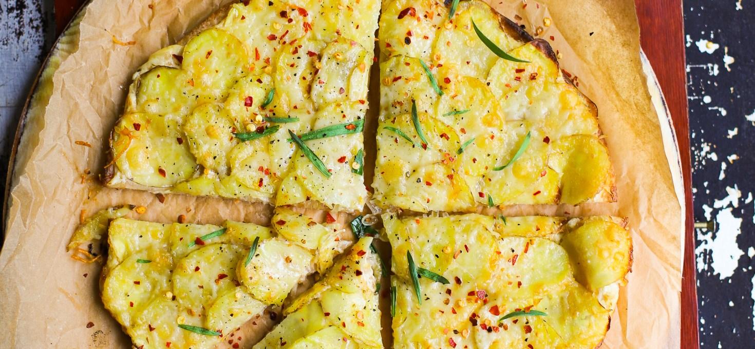 Tarte flambée: Gruyèrepizza med karamelliserad lökkräm, potatis och dragon