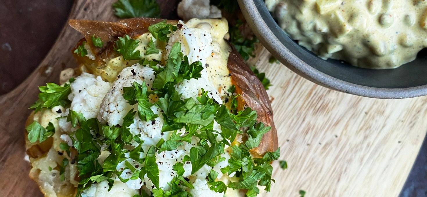 Bakad potatis med curryröra med äpple, linser och picklad blomkål