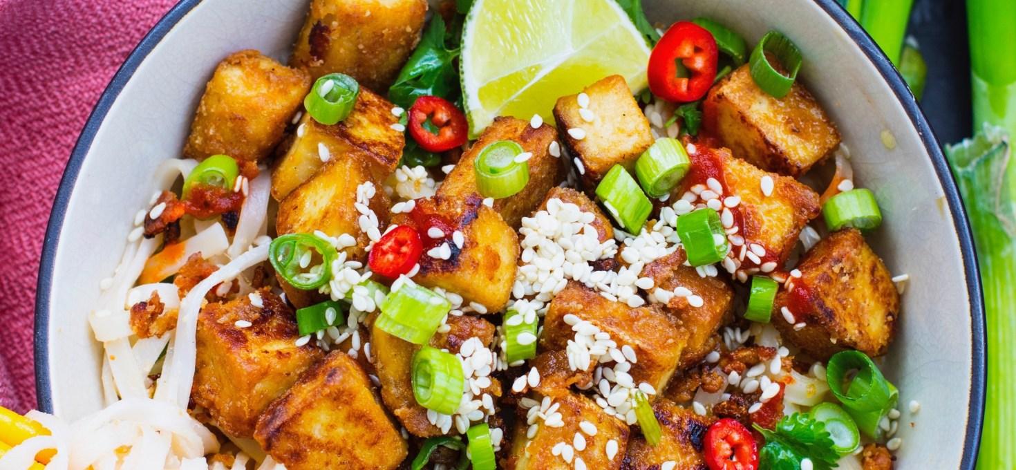 Krispig tofu med nudlar i jordnötssås