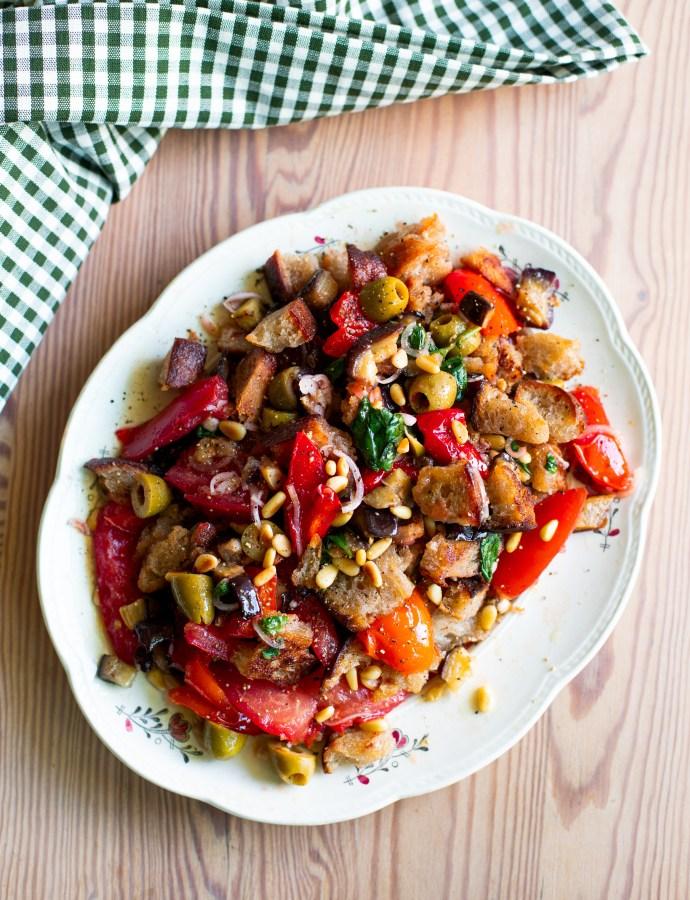 Brödsallad med rostad aubergine, paprika, pinjenötter och tomatvinaigrette