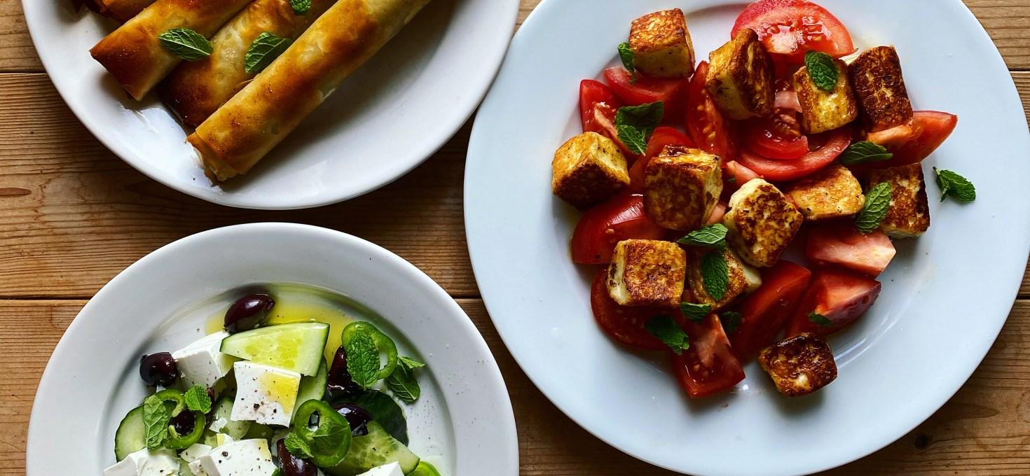 Filodegsrullar med färs och feta, gurksallad med vitost och jalapeños och halloumisallad med tomat