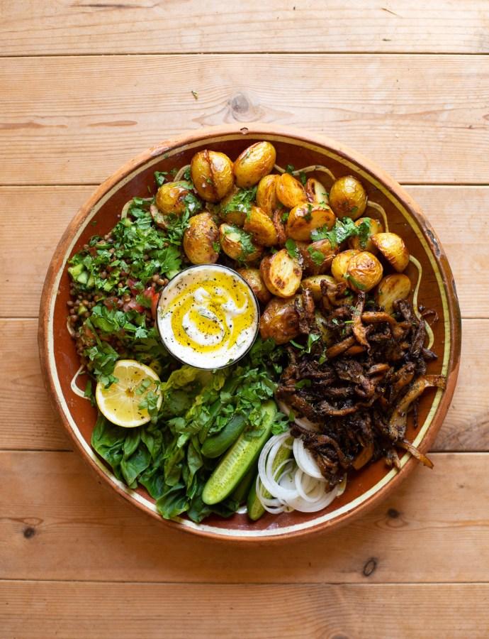 Svampgyros med rostad potatis, dillmajonnäs och syrlig linssallad