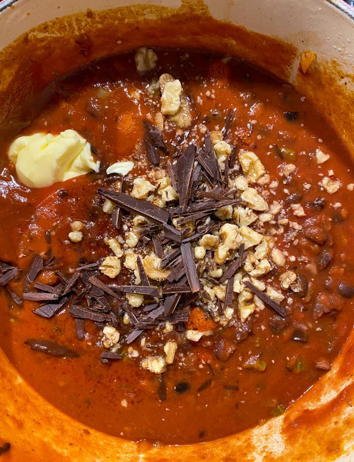 En långkokt bönchili med mörk choklad, valnötter och lime