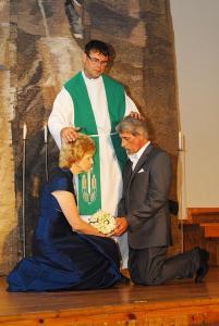 Edgars Mažis (vidū), salaulājot draudzes locekļus