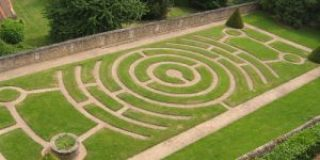 Attēlā Šartras Dievmātes katedrāles dārza labirints, vairāk: http://www.thecultureconcept.com/circle/walking-a-labyrinth-chartres-cathedral-to-centennial-park