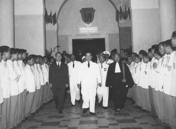 Hàng đầu bên trái ông Nguyễn Đăng Trình Bộ trưởng Bộ QG Giáo dục , Viện trưởng Viện Đại học Huế đầu tiên ( tháng 3/1957-7/1957 ) Giữa Tổng thống VNCH Ngô Đình Diệm , bên phải Linh mục Giáo sư Cao Văn Luận Viện trưởng Viện Đại học Huế từ 7/1957-1965