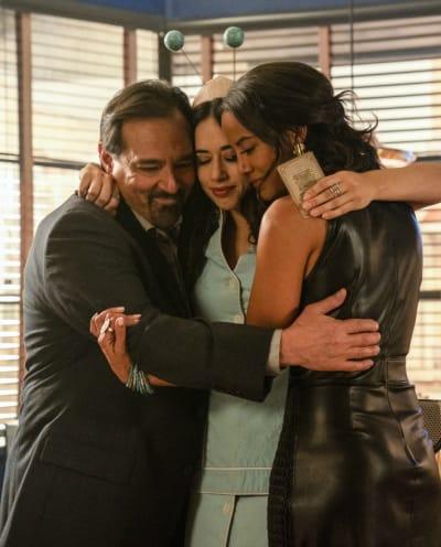 Group Hug - Roswell, New Mexico Season 2 Episode 1