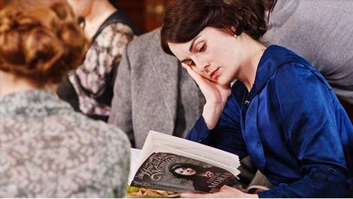 Michelle Dockery legge un libro sul set di Downton Abbey