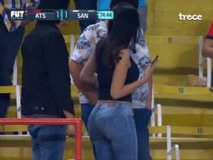Hermosa Mujer 'derritió' a fans en pleno partido de Liga MX