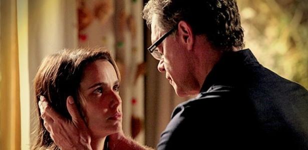 Nina (Débora Falabella) promete ao pai adotivo que irá desistir de sua vingança
