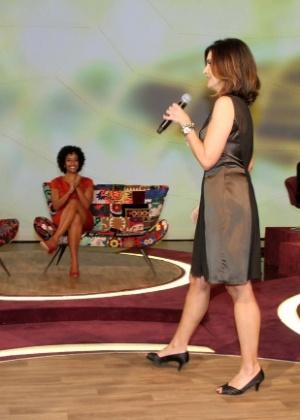 Fátima Bernardes circula pelo palco de seu novo programa (12/6/12)