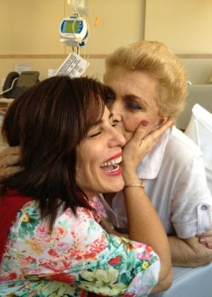 A apresentadora Hebe Camargo recebe visita da atriz Glória Pires no hospital Albert Einstein (17/8/12)