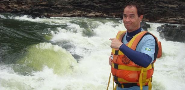 """Clayton Conservani sinaliza a força das corredeiras do Rio Zambeze, na África, no quadro """"Planeta Extremo"""", do """"Fantástico"""""""