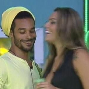 Daniel e Monique conversam animados no começo da festa Fusion (14/1/12)