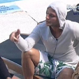 """Ronaldo (dir) conversa com Yuri sobre votação e chama Fael de """"picolé de chuchu"""" (7/2/12)"""